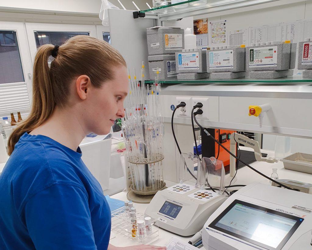 Zwei Frauen für ein Quöllfrisch: Brauerin Elsa und Labormitarbeiterin Olivia
